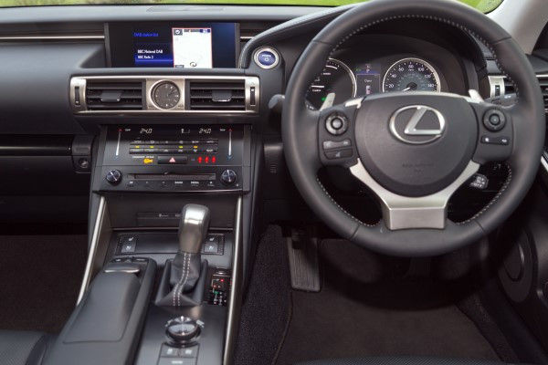 Lexus IS 300h dash