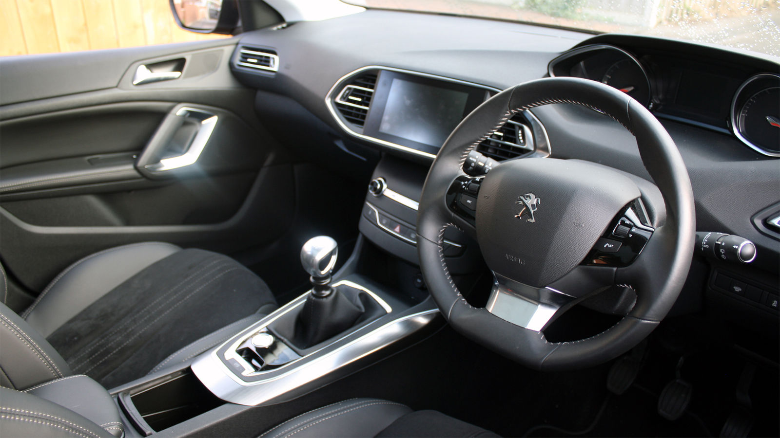 2015 peugeot 308 1 2 uk road test review carwow for Interior peugeot 308