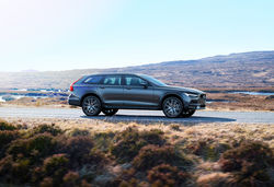 Carwow volvo v90 cross country lead