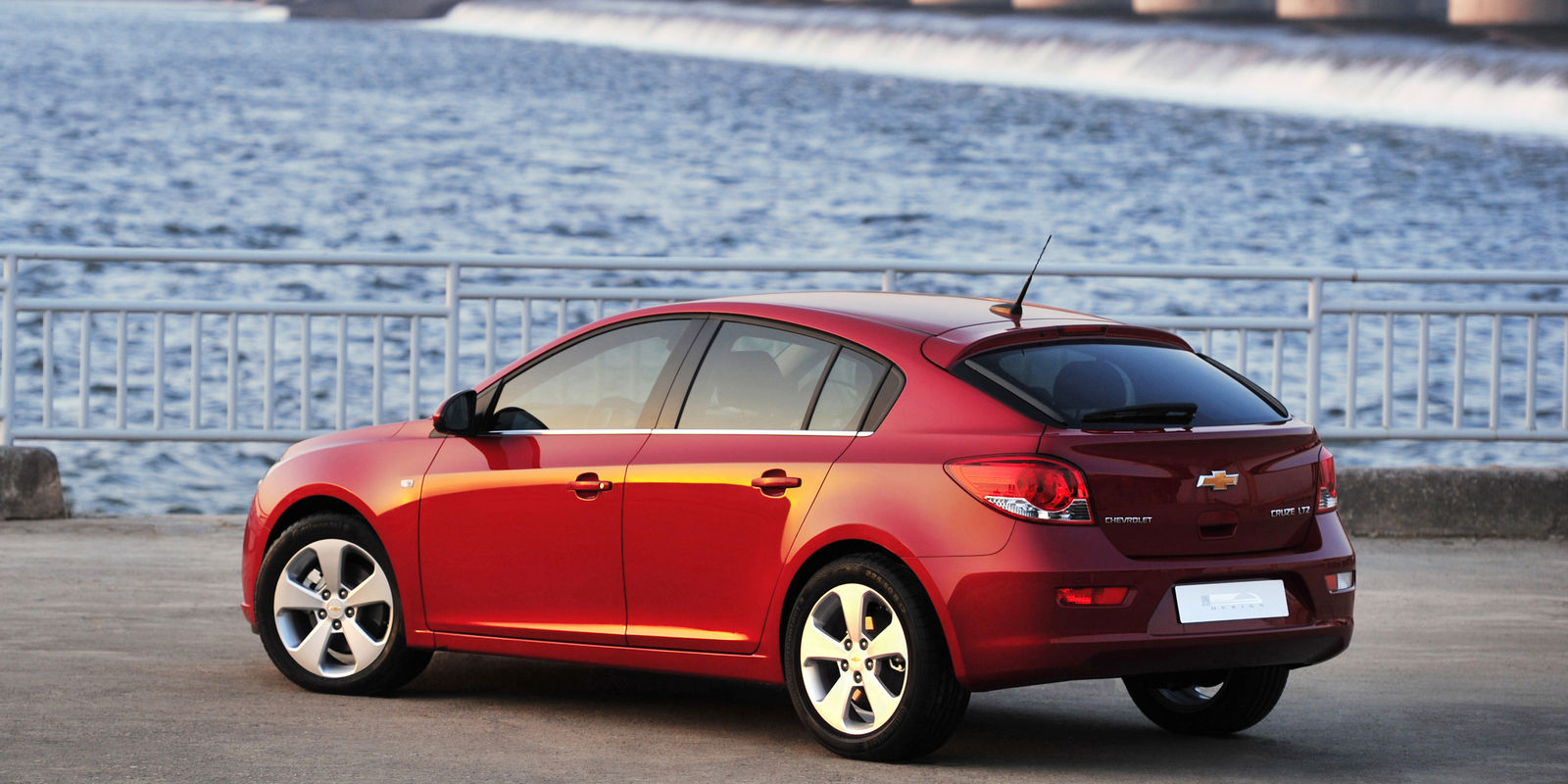 chevrolet cruze hatchback review the car for you carwow. Black Bedroom Furniture Sets. Home Design Ideas